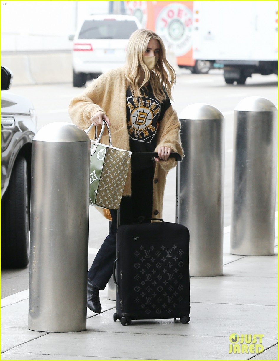 emma roberts garrett hedlund airport after pregnancy news 32