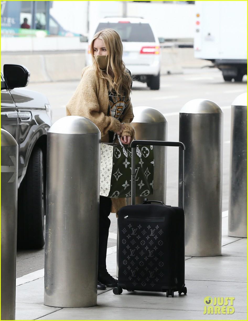 emma roberts garrett hedlund airport after pregnancy news 34