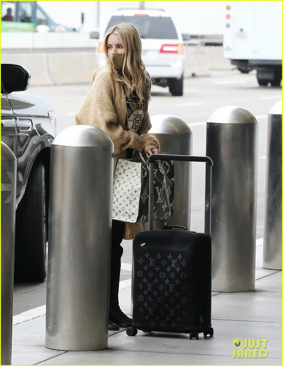 emma roberts garrett hedlund airport after pregnancy news 35