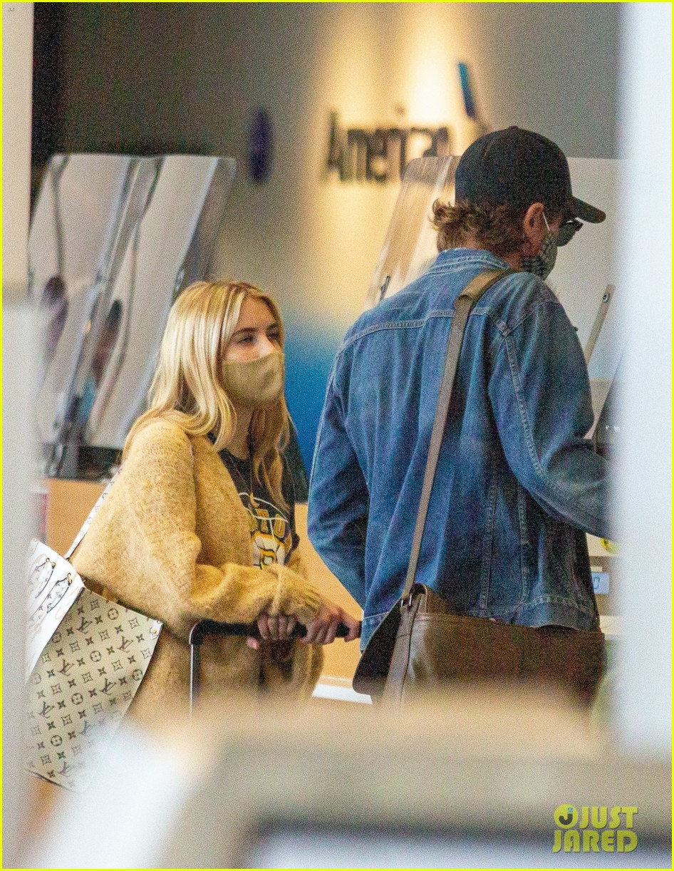 emma roberts garrett hedlund airport after pregnancy news 46