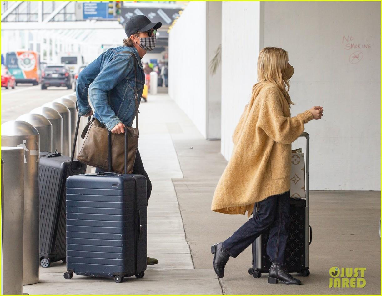 emma roberts garrett hedlund airport after pregnancy news 48