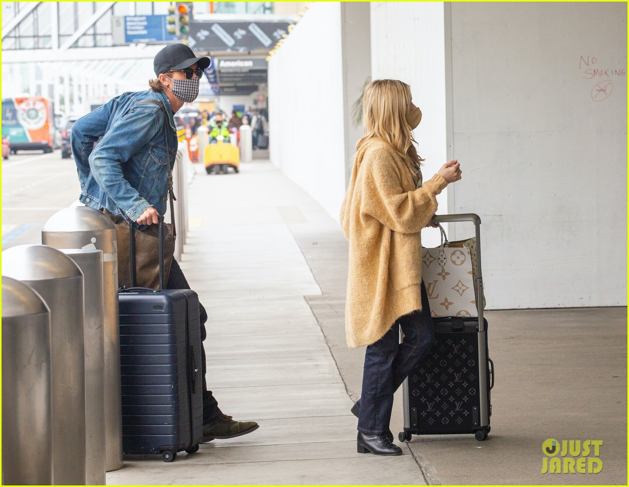 emma roberts garrett hedlund airport after pregnancy news 49