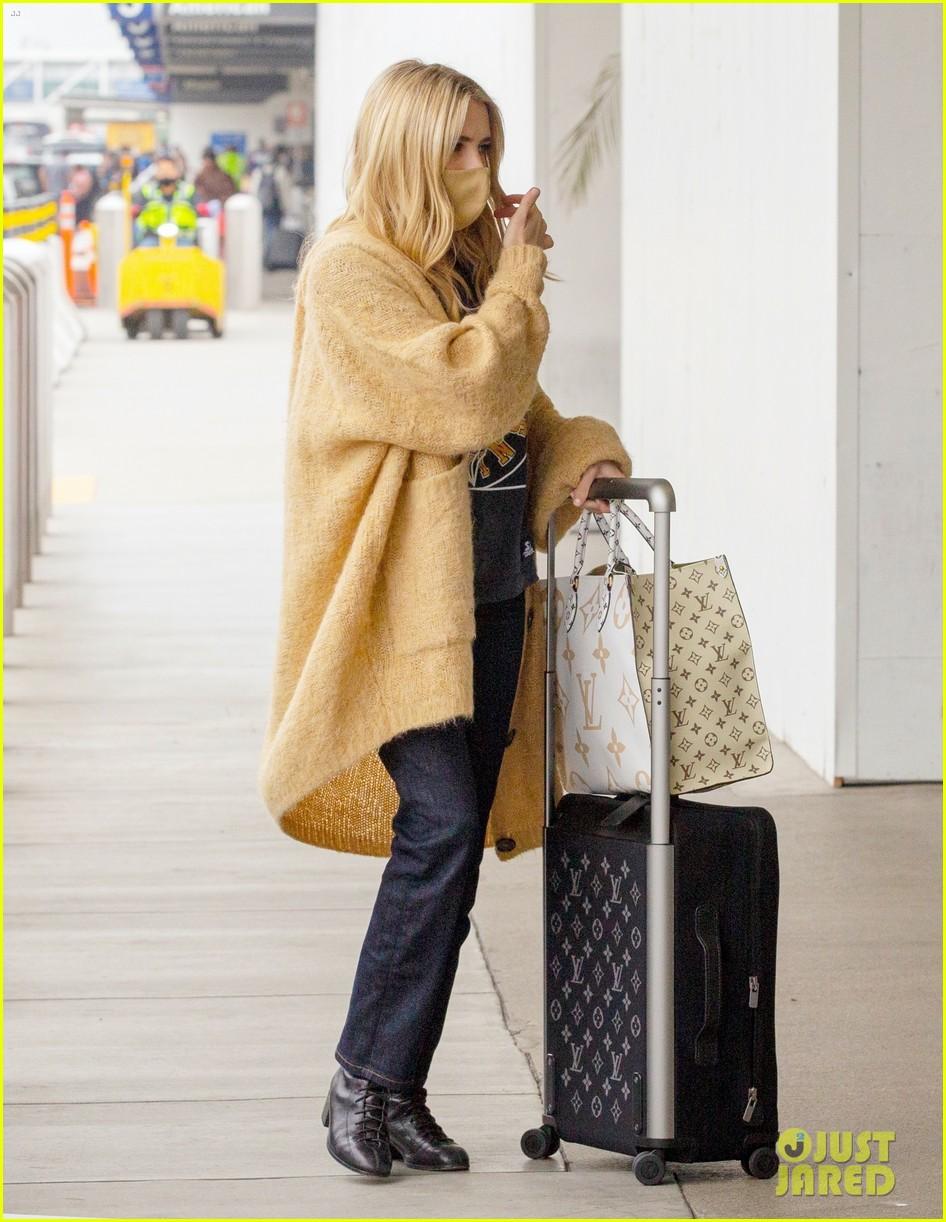 emma roberts garrett hedlund airport after pregnancy news 51