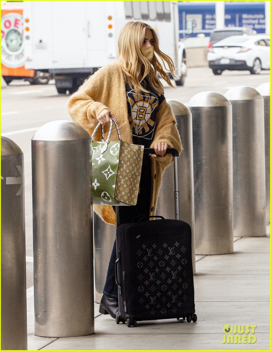 emma roberts garrett hedlund airport after pregnancy news 55