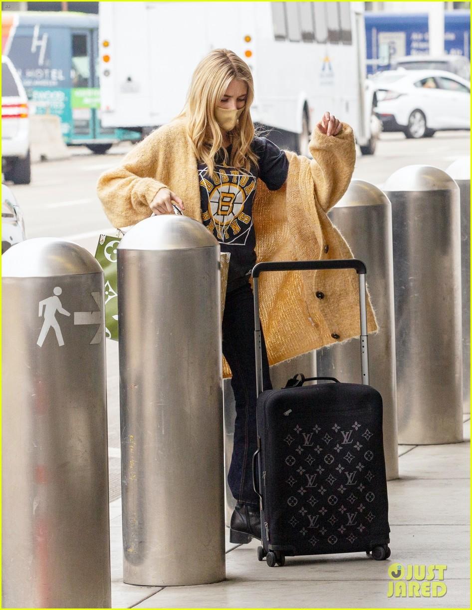 emma roberts garrett hedlund airport after pregnancy news 57