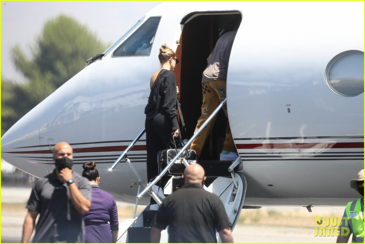 justin bieber hailey bieber catch a flight 03