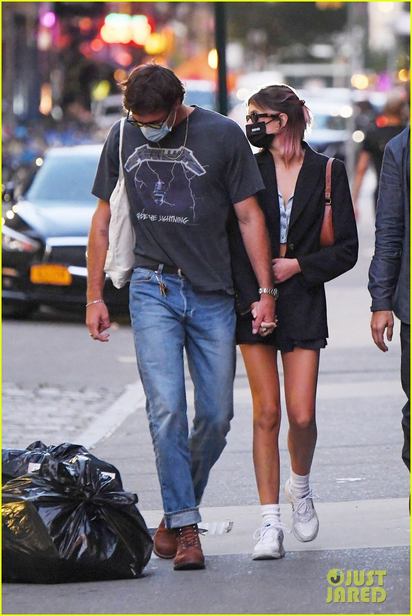 jacob elordi kaia gerber hold hands nyc night out 01
