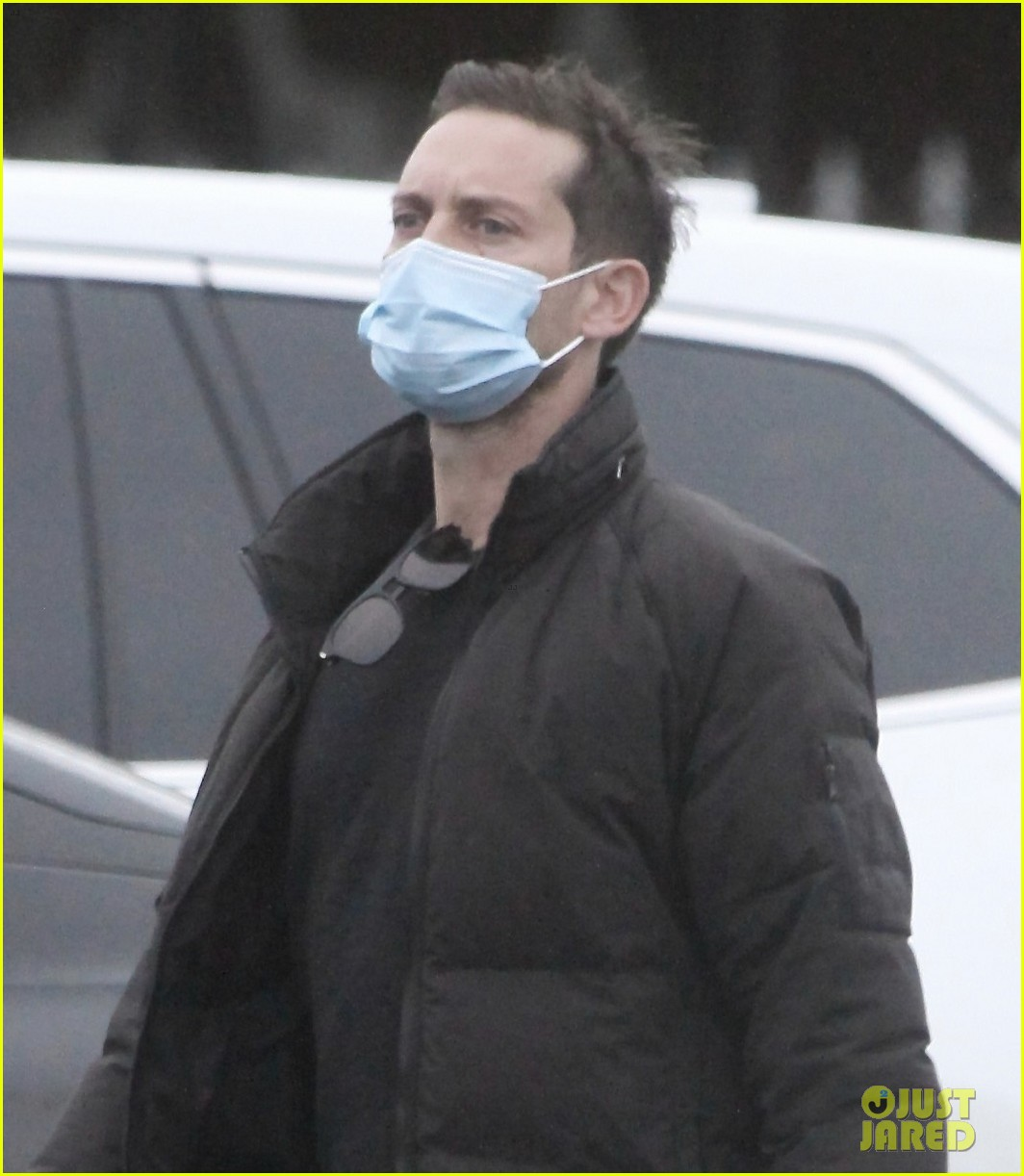 tobey maguire spotted on christmas day 02
