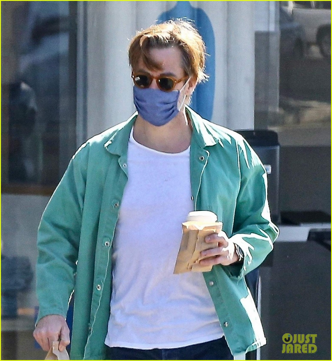 chris pine coffee from blue bottle 02