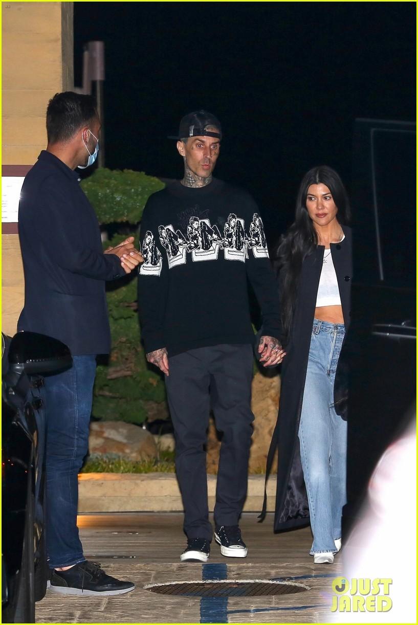 kourtney kardashian travis barker hold hands on date night 04