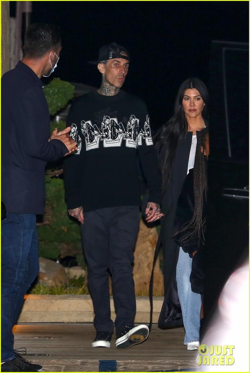 kourtney kardashian travis barker hold hands on date night 08