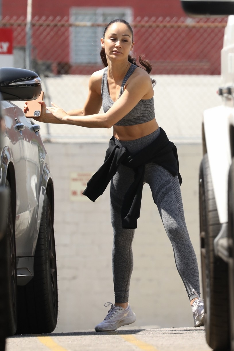 eiza gonzalez cara santana gym workout smoothie 01