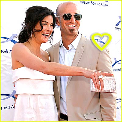 Teri Hatcher & Stephen Kay Hold Hands