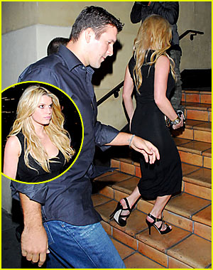 is jessica simpson still dating tony romo Even in the wake of wide receiver terrell owens' forced exit from dallas courtesy of owner jerry jones, cowboys quarterback tony romo still isn't immune to criticism from his teammates.