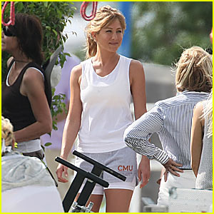 Who Wears Short Shorts? Jennifer Aniston!