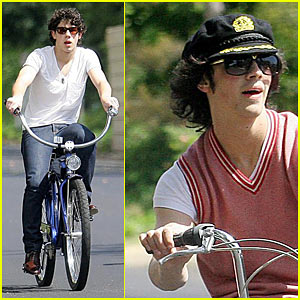 The Jonas Brothers are Bicycle Boys