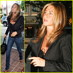 Jennifer Aniston's Ring Finger