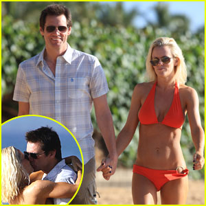 Jenny McCarthy & Jim Carrey Kiss Close