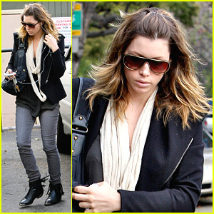 Jessica Biel Chills At A Cafe