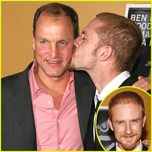 Ben Foster & Woody Harrelson: Kiss Kiss!