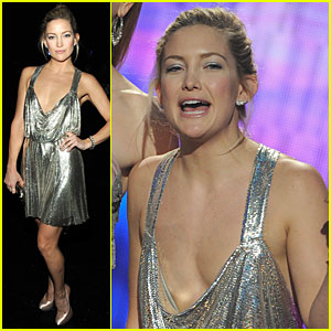 Kate Hudson Flashes Chest At AMAs 2009