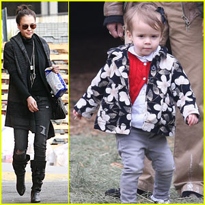 Jessica Alba: Christmas Tree Shoppping!