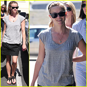 Reese Witherspoon Runs Into A Star at the Country Mart