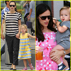 Jennifer Garner: Striped Stroll!