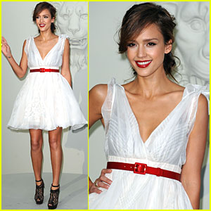 Jessica Alba: Chic for Chanel Fashion Show!