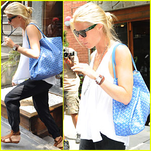 Gwyneth Paltrow: Sunglasses in Soho!