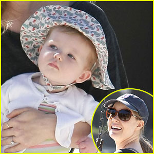 Amy Adams & Aviana Visit The Park