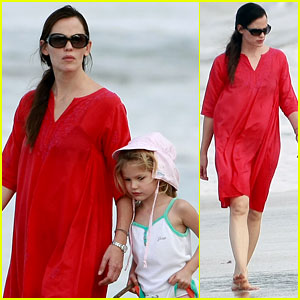 Jennifer Garner: Beach Bonding with Violet!