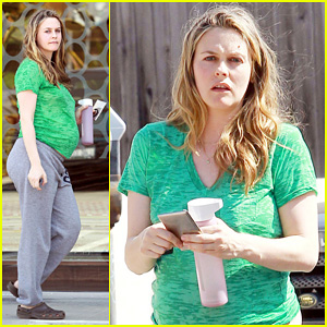 Alicia Silverstone: Growing Baby Bump!