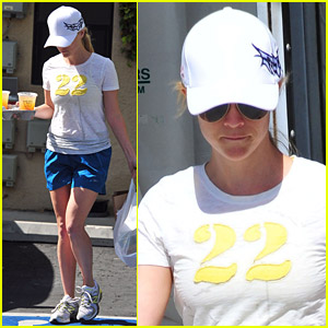 Reese Witherspoon Munches On Lunch