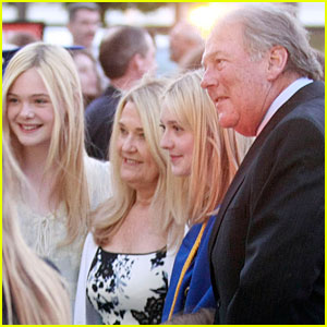 Dakota & Elle Fanning: Graduation Girls