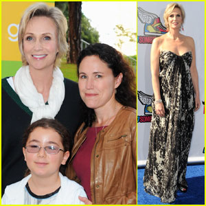 Jane Lynch: Glee Sing-A-Long with the Family!