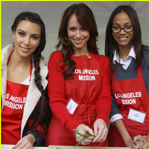 Zoe Saldana Serves Thanksgiving Meals to the Homeless