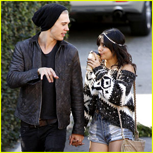 Vanessa Hudgens &#038; Austin Butler: Romantic Stroll in Burbank!