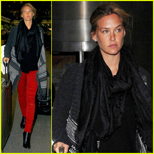Bar Refaeli: King's Cross Railway Arrival!