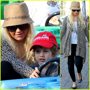 Christina Aguilera: Happy Birthday, Max!