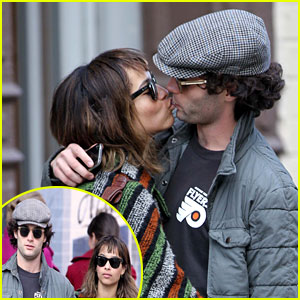 Zoe Kravitz & Penn Badgley: Kissing Couple!