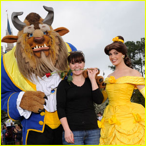 Kelly Clarkson Meets Princess Belle & Beast at Disney World