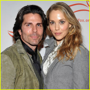 Elizabeth Berkley: Pregnant With First Child!