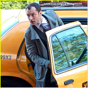 Jude Law: Kissing a Mystery Woman in NYC?