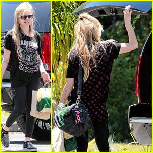 Avril Lavigne Rocks a Ramones Tee