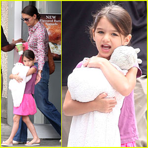 Katie Holmes & Suri: Coffee Stop Before Leaving Town