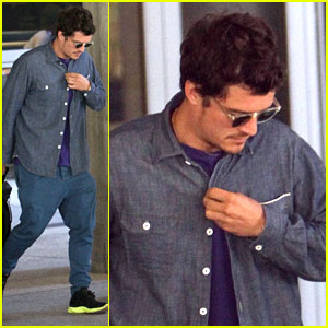 Orlando Bloom: Drop-Crotch Pants at LAX!