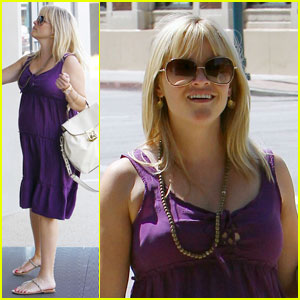 Reese Witherspoon: Art Institute Baby Bump