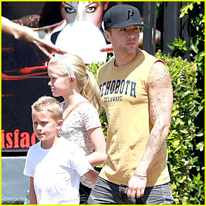 Ryan Phillippe: Roscoe's Chicken with Ava & Deacon