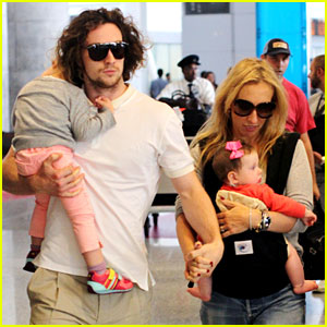 Aaron Taylor-Johnson: Airport with Sam, Wylda, & Romy!